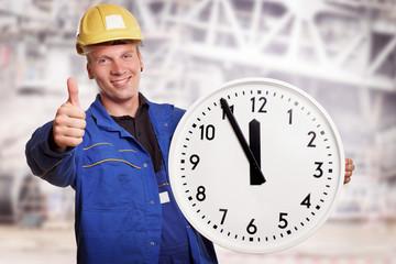 Arbeiter hält Uhr auf einer Baustelle