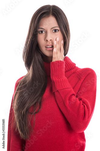 Schockierte junge Frau mit langen Haaren und roter Pulli