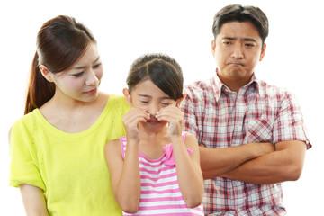 叱る親と泣く子供