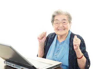 パソコンを楽しむ高齢者