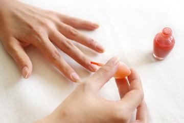 マニキュアを塗る女性の手