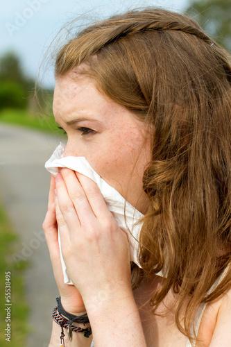 Junge Frau mit Taschentuch