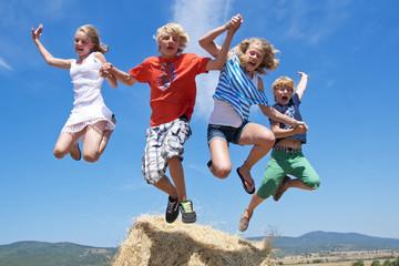 Springende Jugendliche