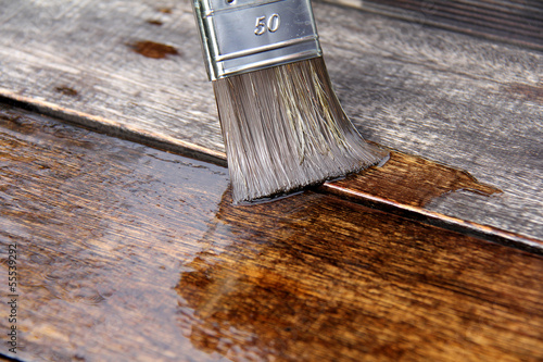 Leinwandbild Motiv Ökologischer Holzschutz, Leinöl streichen