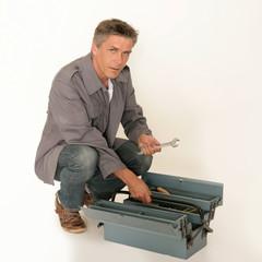 Handwerker mit Werkzeugkasten