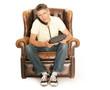 Mann telefoniert in einem Sessel