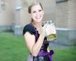 Junge Frau in Tracht mit Bier