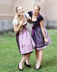 zwei Freundinnen tragen Dirndl