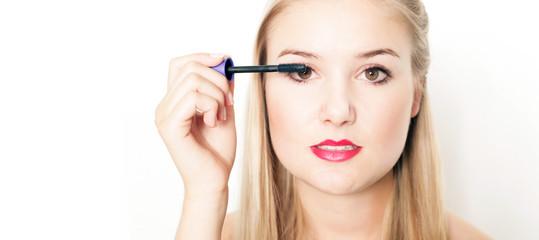hübsches Mädchen trägt Wimperntusche auf