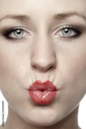 junge Frau macht einen Kussmund