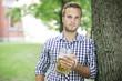 Hübscher Mann mit Bierkrug
