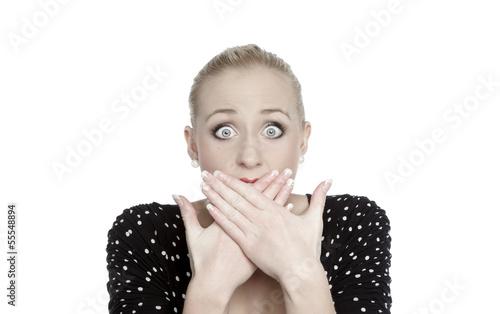 Erschrockene Frau mit Händen vor dem Mund