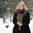 Frau in Trauer auf Friedhof