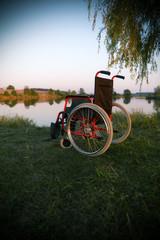 Leerer Rollstuhl am See