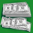 Много денег Деньги в пачке и разбросанные лежат на столе.