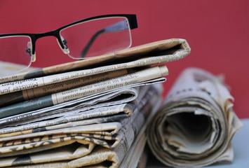 Tageszeitungen mit Lesebrille