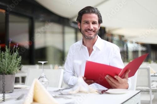 Mann liest die Speisekarte