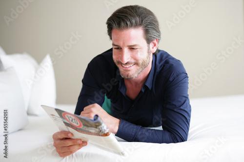 Mann liest im Bett