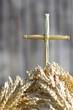 Krzyż ze słomy wyrastający z kłosów zboża - 55563837
