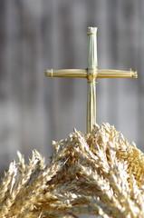 Krzyż ze słomy wyrastający z kłosów zboża