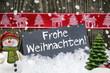 Schiefertafel mit Weihnachtsdekoration und Schnee