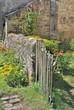 jardin rustique avec barrière en bois