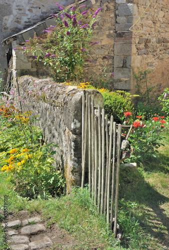 Jardin rustique avec barri re en bois photo libre de for Porte barriere jardin