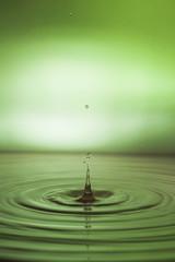 Wassertropfen mit grünem Hintergrund