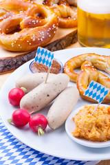 Traditionelles bayerisches Essen - Weißwurst, Brezn, Obatzter