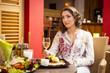 Attraktive brünette Frau im Restaurant