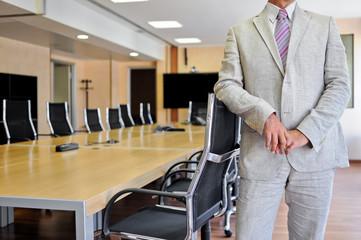 Uomo d'affari in sala riunioni