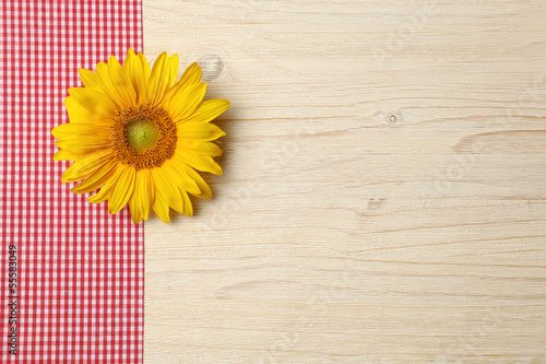 Sonnenblume auf Holzhintergrund