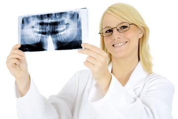 Dentist mit Röntgenaufnahme