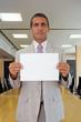 Uomo d'affari con foglio bianco