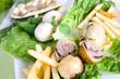 Gefüllte Champignons auf Salat mit Pommes