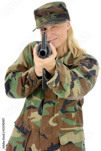 Weiblicher Soldat zielt mit Gewehr