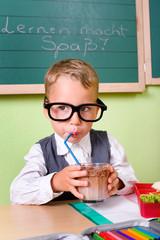 Kleiner Junge trinkt Kakao