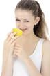 Teenager beisst in Zitrone