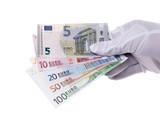 Hand hält Euroscheine
