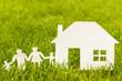 Papierfamilie mit Haus