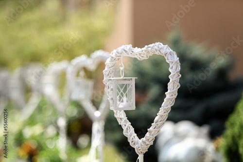 Serca białe z latarniami.