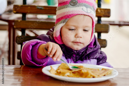 girl eating in   cafe