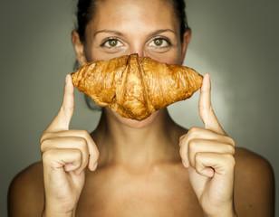 Frau mit Croissant