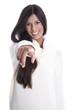 Junge Frau mit langen schwarzen Haaren isoliert lächelnd