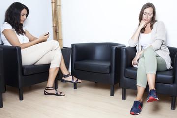 Zwei Frauen warten auf Arzt im Wartezimmer