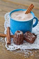Heisser Kakao mit kleinem Schokokuchen