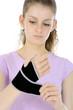 Teenager mit Bandage für Hand