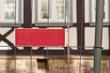 Leeres rotes Blechschild an einem Bauzaun