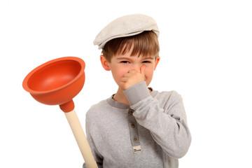 Junge mit Toilettenreiniger