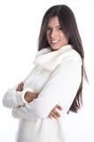Schöne junge Frau in Weiß und Schwarz im Pullover isoliert